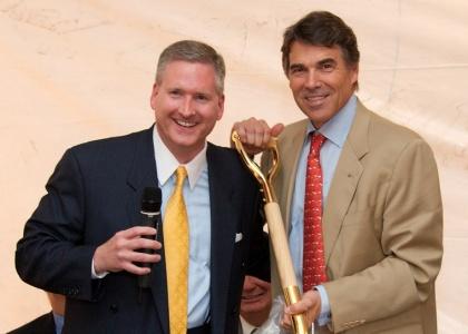 Le mystérieux M. Ryan avec le Gouverneur Rick Perry